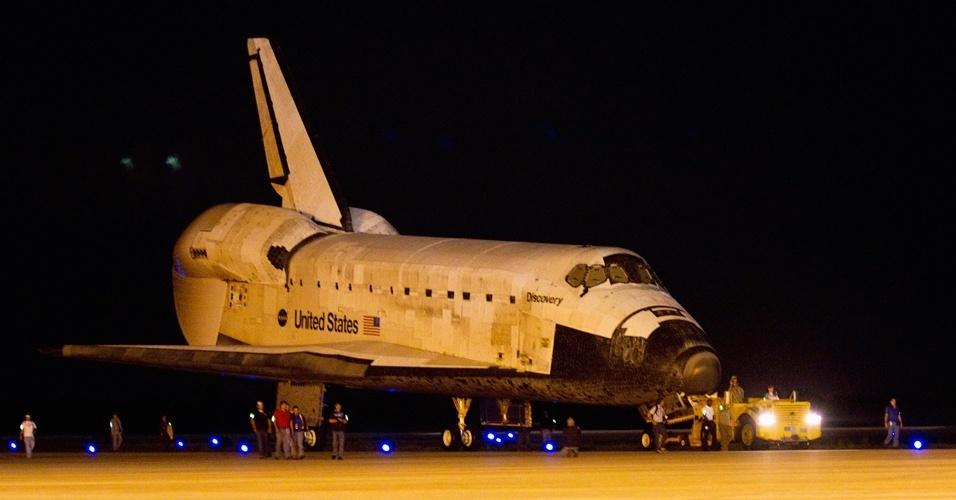 O ônibus espacial Discovery é levado para pista em que será acoplado ao avião