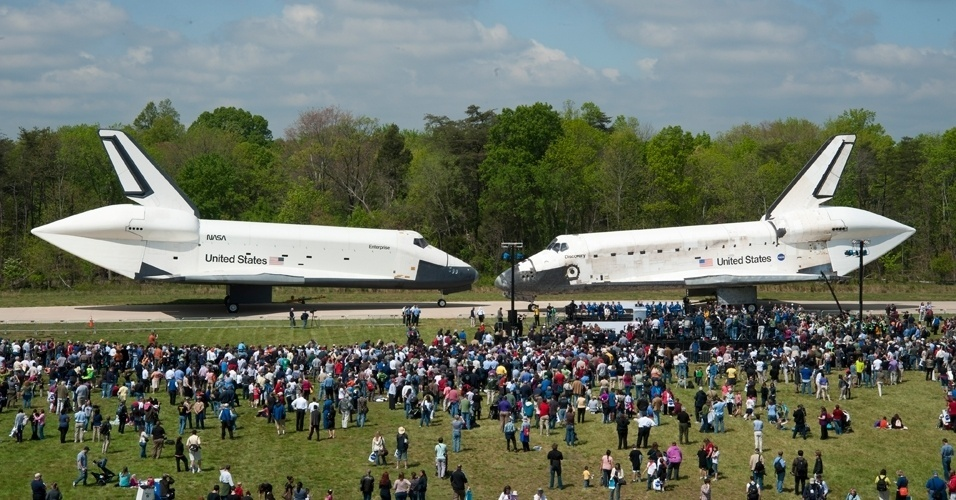 O ônibus espacial Discovery se encontra com o Enterprise no museu aeroespacial do Smithsonian, na Virgínia
