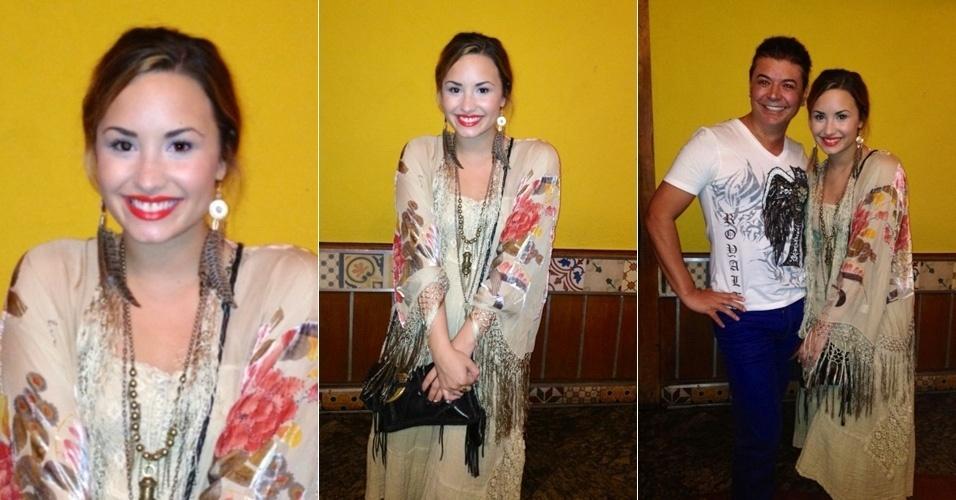"""O promoter David Brazil encontrou Demi Lovato em uma churrascaria no Rio de Janeiro e posou ao lado da cantora. """"Uma simpatia a Demi Lovato"""", escreveu David em seu Twitter (18/4/12)"""