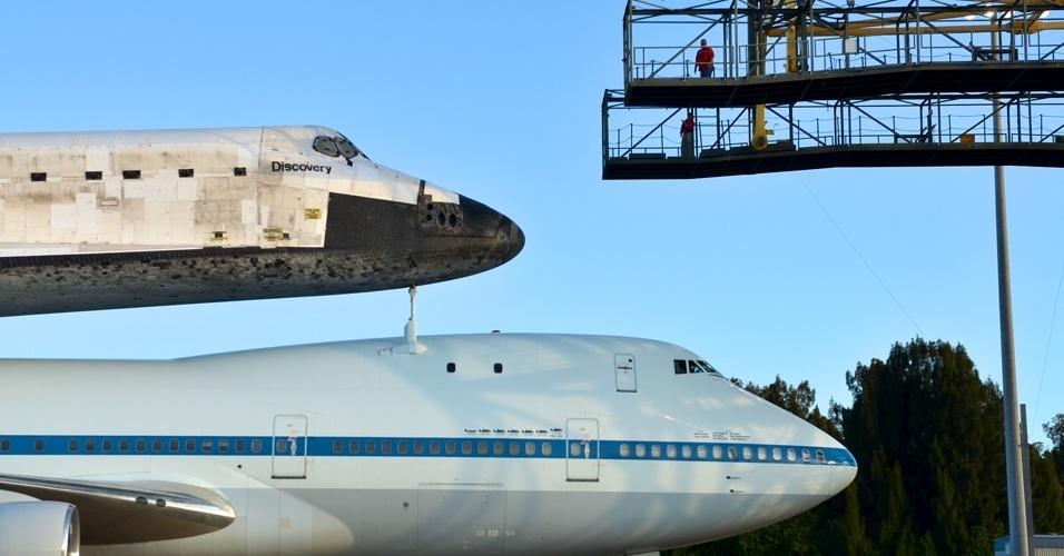 Ônibus espacial Discovery é acoplado a um avião 747 modificado