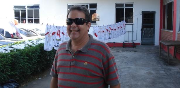 Presidente do Bangu, Jorge Varela, à frente do varal onde secam os uniformes do time