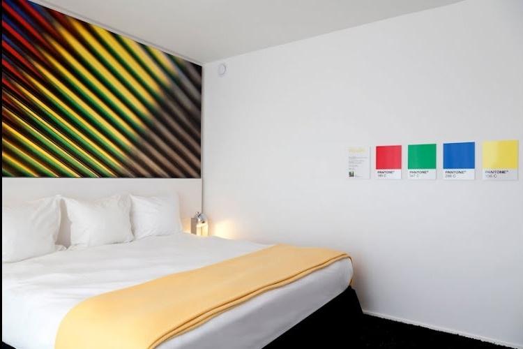 Quarto amarelo do Pantone Hotel, em Bruxelas. Detalhes coloridos pretendem influenciar o estado de espírito dos hóspedes