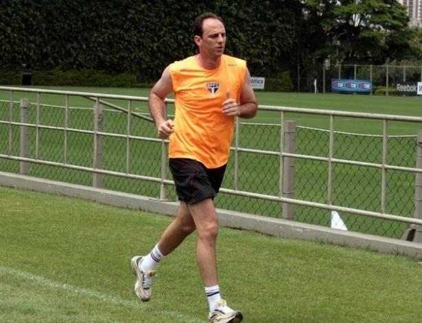 Rogerio Ceni corre em volta de um dos campos do CT do São Paulo