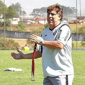 Técnico Juan Carrasco orienta Guerrón, durante treinamento do Atlético-PR (19/04/2012)