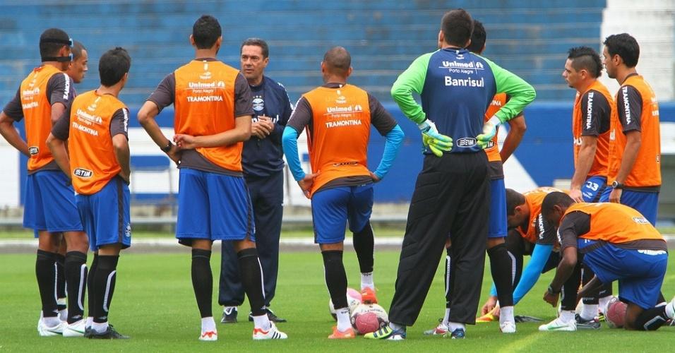 Técnico Vanderlei Luxemburgo orienta jogadores do Grêmio antes do início do treino no estádio Olímpico (19/04/2012)