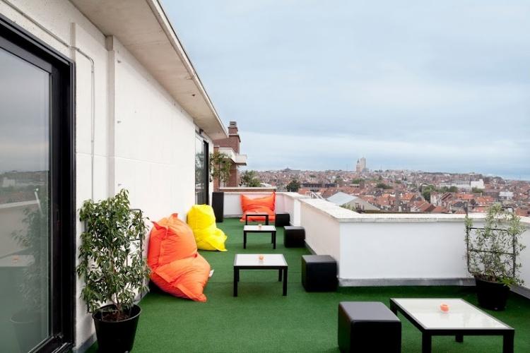Terraço do hotel que fica em Bruxelas, capital da Bélgica, decorado com elementos coloridos baseados no sistema Pantone. O projeto é assinado pelo designer de interiores Michel Penneman e pelo arquiteto Olivier Hannaert