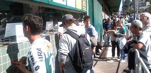 Torcedores do Coritiba fazem fila em busca de ingresso para o Atle-Tiba (19/04/2012)