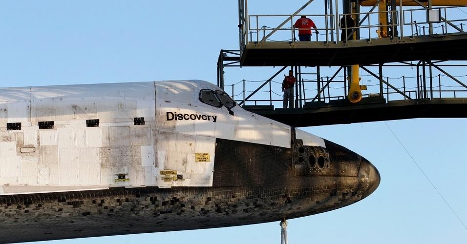 Trabalhadores do Kennedy Space Center acoplam ônibus espacial Discovery