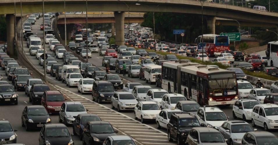Trânsito é  intenso na avenida 23 de Maio, na altura do Parque do Ibirapuera, na zona sul da cidade de São Paulo