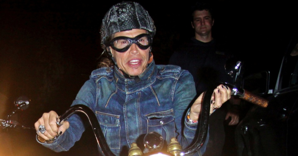 Vocalista do Aerosmith, Steven Tyler, passeia com sua motocicleta pelas ruas da Calif&#243;rnia (18/4/12)