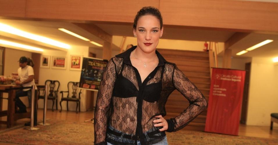 Adriana Birolli prestigia espetáculo teatral no Rio (20/4/2012)