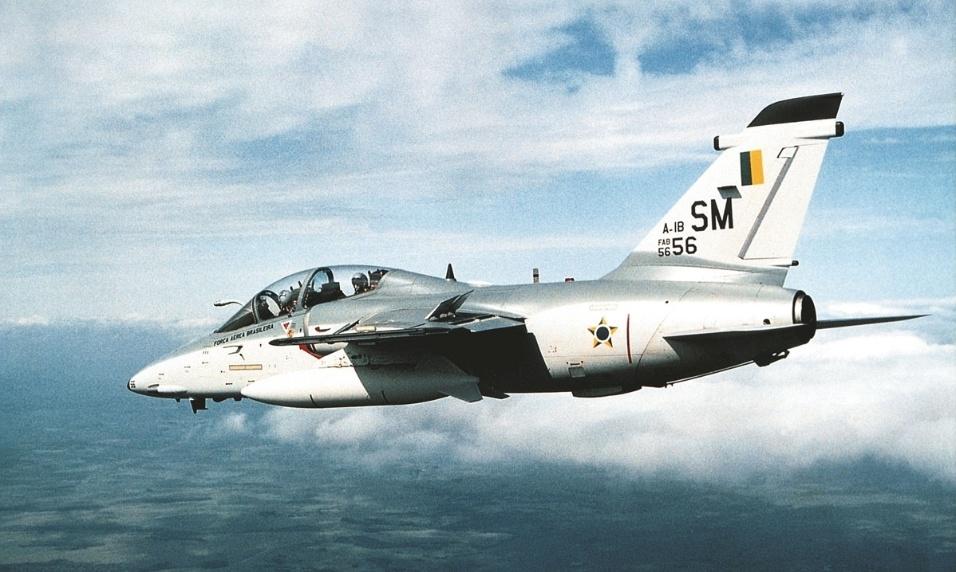 Avião militar AMX, fabricado pela Embraer