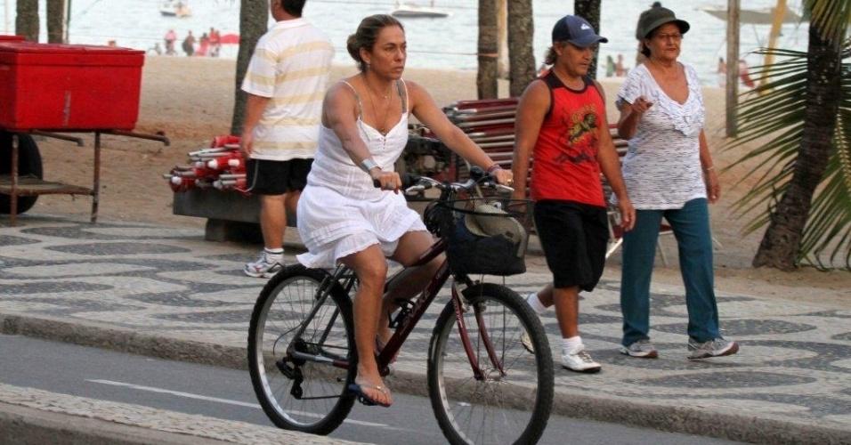Cissa Guimarães pedala pela orla da praia de Ipanema, zona sul do Rio (20/4/2012)