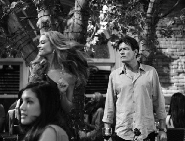 """Denise Richards faz participação em cena de """"Anger Management"""", nova série do seu ex-marido Charlie Sheen (20/4/12)"""