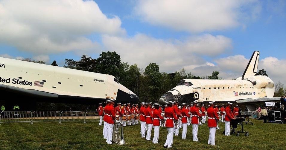 Discovery é recebido com banda da infantaria marinha americana