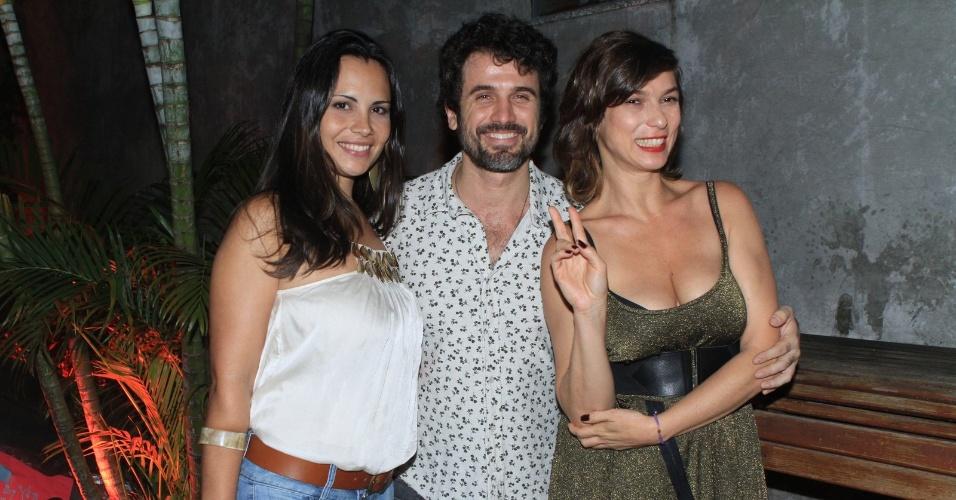 Em aniversário de Cissa Guimarães, Eriberto Leão posa ao lado da mulher Maria Leal e da atriz Maria Paula (19/4/12)