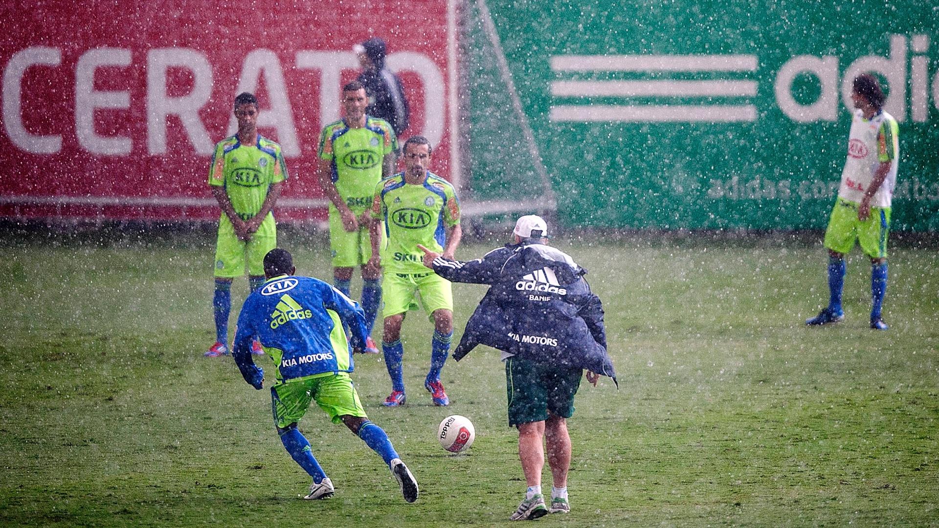 Felipão comanda treino sob chuva, com Barcos, Fernandão e Ricardo Bueno na barreira