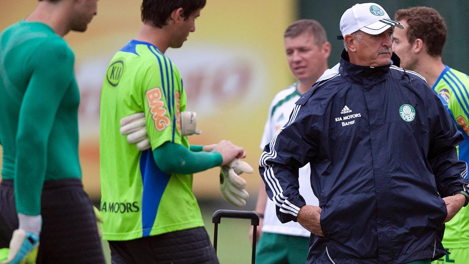 Felipão observa treinamento, e Anselmo Sbragia conversa com jogadores