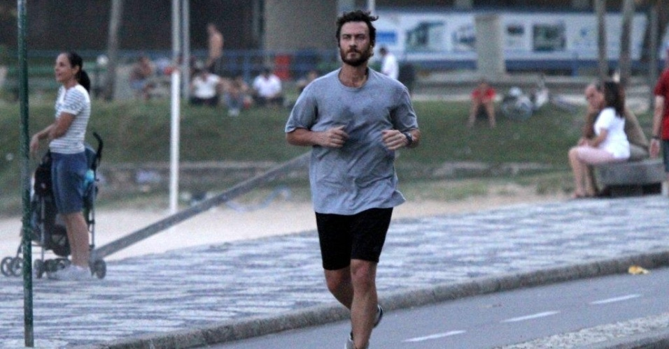 Gabriel Braga Nunes corre pela orla da praia na zona sul do Rio (20/4/2012)