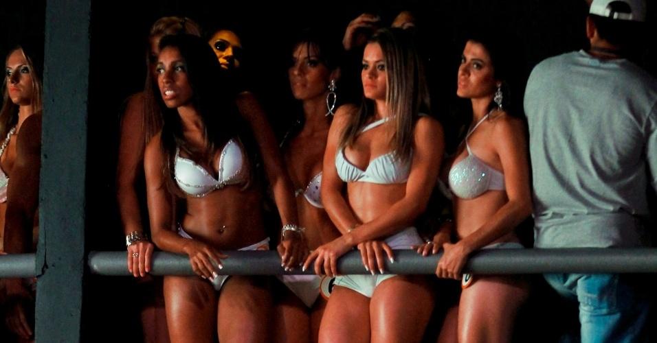 Garotas assistem a desfile
