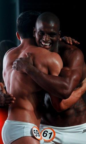 Igor, 61, segundo colocado, cumprimenta Júnior, o Garoto Fitness Brasil 2012