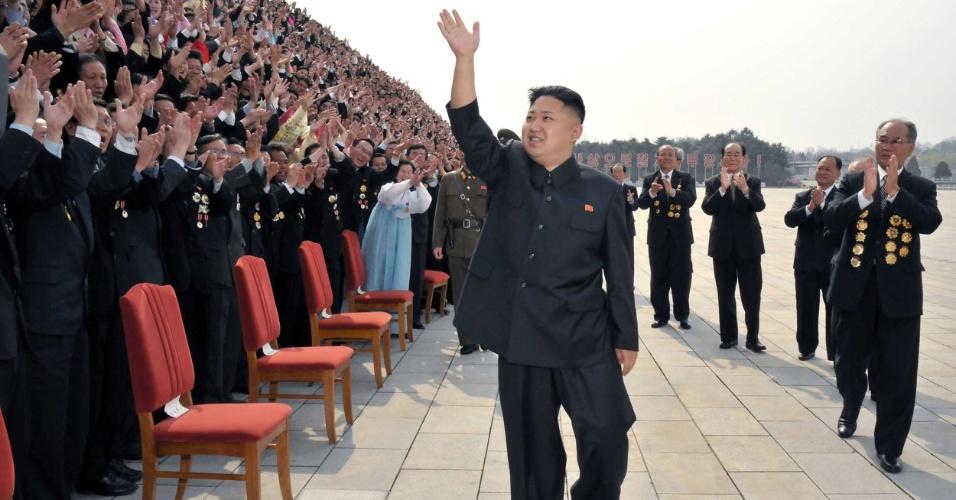 Imagem mostra o líder norte-coreano, Kim Jong-un, acenando no Palácio Memorial Kumsusan, em Pyongyang, na Coreia do Norte