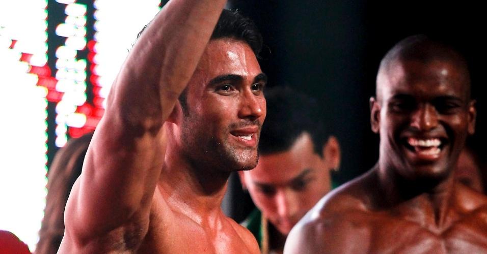 Júnior comemora sua vitória no Garoto Fitness Brasil 2012
