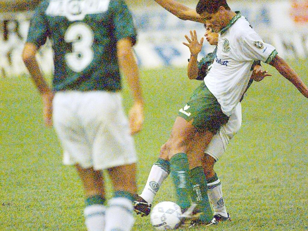 Meia Rivaldo bate na bola em partida entre Guarani e Palmeiras, pelo Campeonato Brasileiro de 1994