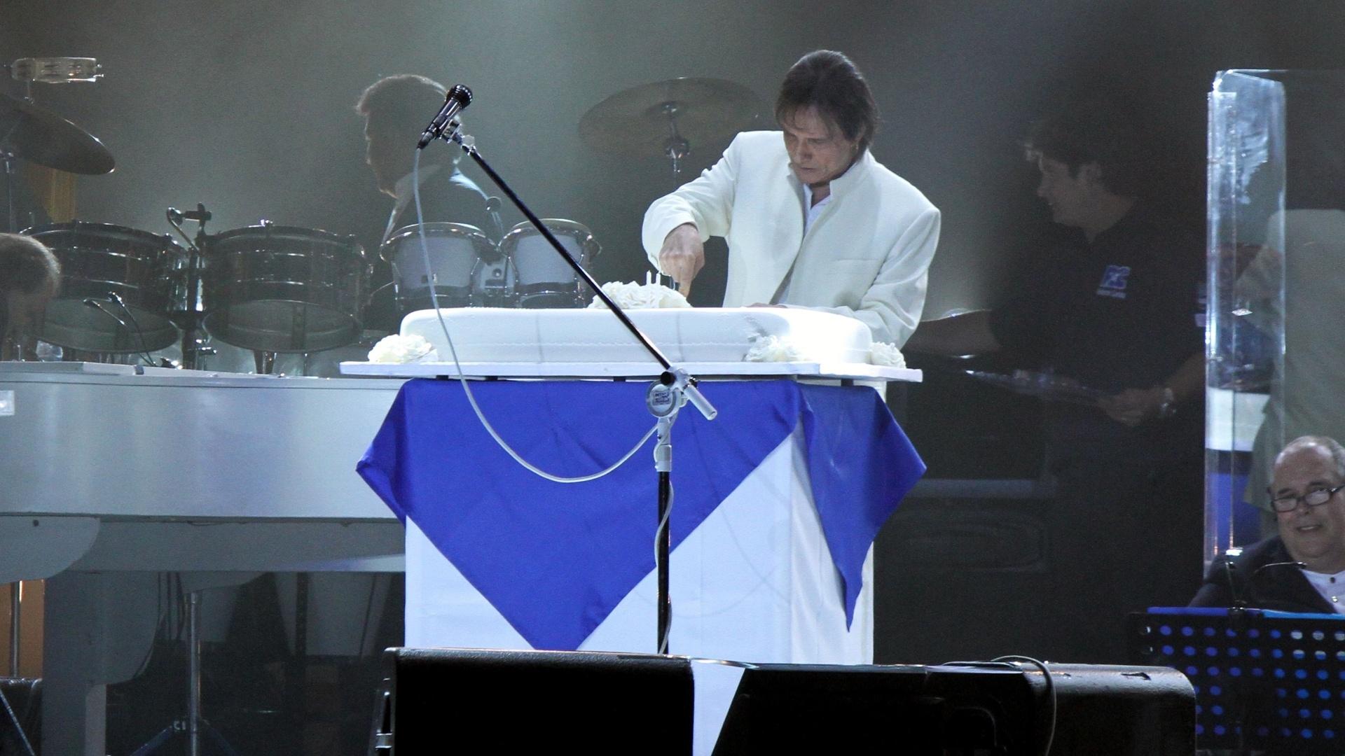 O cantor Roberto Carlos corta bolo de seu aniversário de 71 anos em show no Rio de Janeiro (19/4/12)