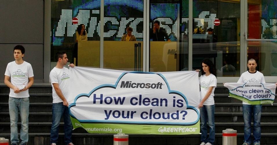 """Protestos do Greenpeace """"Limpe sua nuvem"""""""