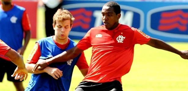 Renato Abreu disputa uma jogada durante treino do Flamengo no Ninho do Urubu