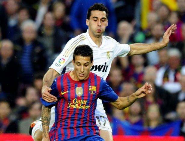 Atacante espanhol do Barcelona,Tello é fortemente marcado pelo lateral compatriota Arbeloa