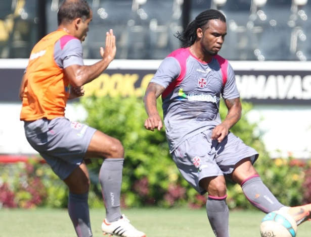 Carlos Alberto e Felipe disputam a bola em treino do Vasco