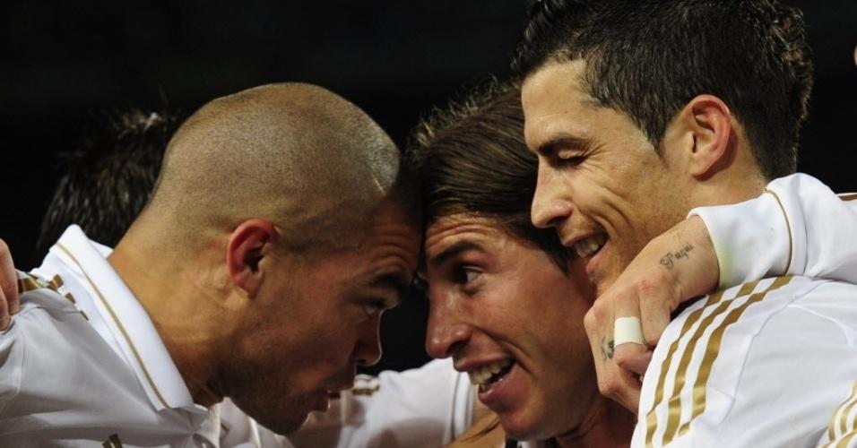 Cristiano Ronaldo (d) comemora seu gol com Pepe (e) e Sergio Ramos (c)