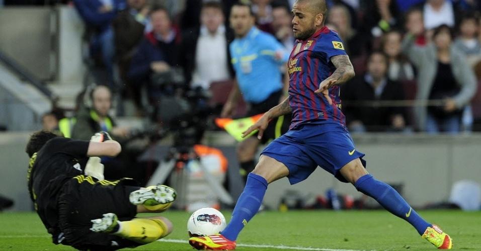 Daniel Alves sai na cara do gol, mas Casillas pega a bola antes do brasileiro