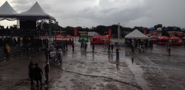 Em meio a rumores de cancelamento, público espera embaixo de chuva pelas atrações do segundo dia do Metal Open Air, em São Luís., Maranhão (21/4/12)