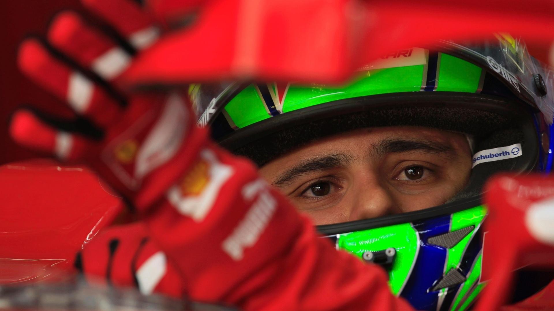 Felipe Massa conversa com os engenheiros da Ferrari durante o último treino livre do GP do Bahrein