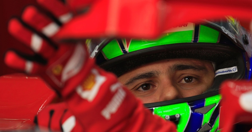 Felipe Massa conversa com os engenheiros da Ferrari durante o &#250;ltimo treino livre do GP do Bahrein