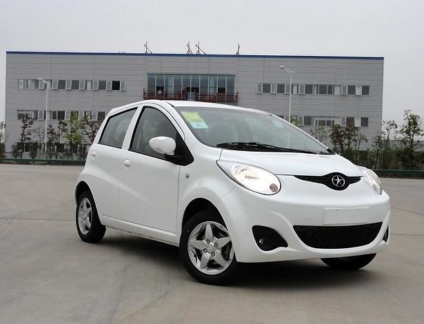 Acima, o JAC J2 1.0 chinês. Carro brasileiro terá motor 1.4 (108 cv) e 'sorriso' aberto