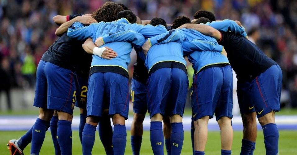 Jogadores do Barcelona se concentram no centro do campo. Barça precisa da vitória para ficar a um ponto do Real