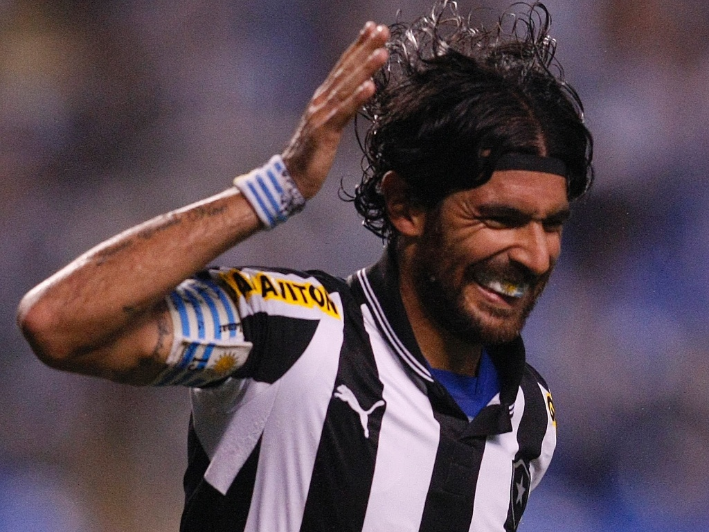 Loco Abreu, do Botafogo, comemora um de seus trs gols na vitria do Botafogo sobre o Bangu pela semifinal da Taa Rio
