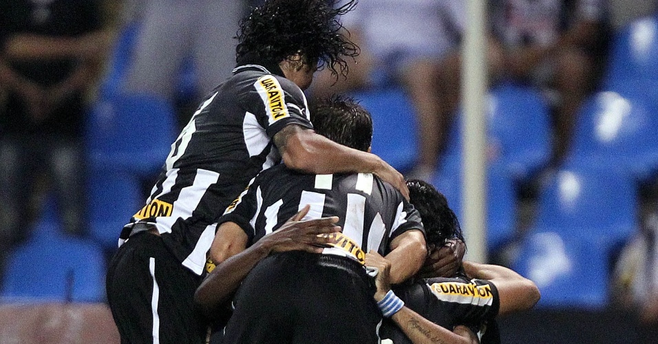 Loco Abreu comemora com companheiros gol e classificao do Botafogo para a final da Taa Rio