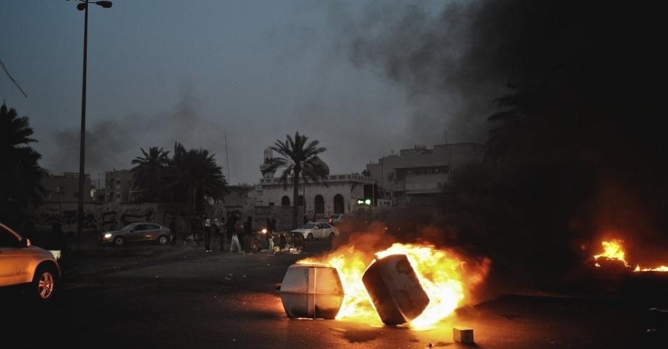 Manifestantes no Bahrein incendeiam barris durante confrontos com a polícia neste sábado (21), no vilarejo de Shakura, a oeste da capital do país, Manama. Os protestos, inicialmente contra a realização do GP de F1 no país, agora também são em repúdio à morte de um manifestante, abatido a tiros