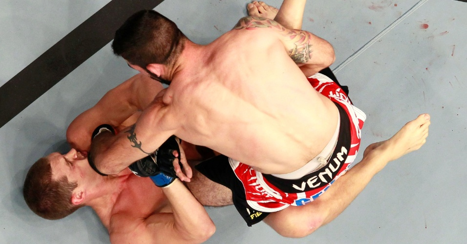 Matt Brown coloca Stephen Thompson sob presso em luta no cho pelo card preliminar do UFC 145