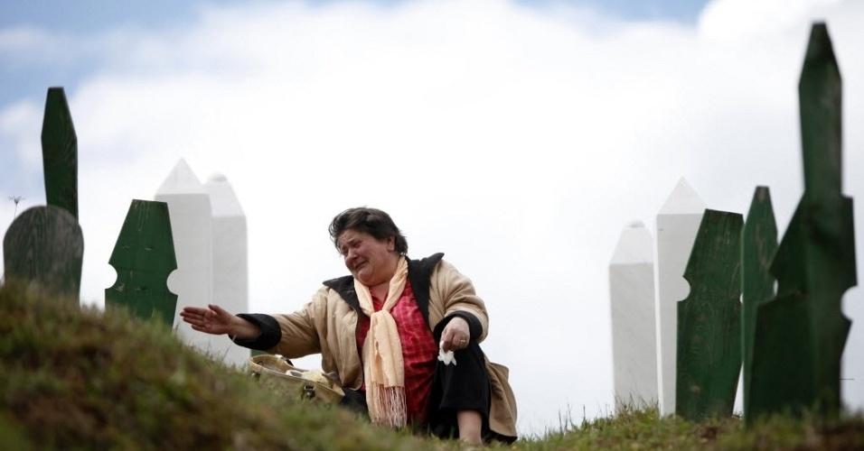 Muçulmana chora em frente a túmulo de parentes na cidade de Vlasenica, na parte sérvia da Bósnia-Herzegóvina