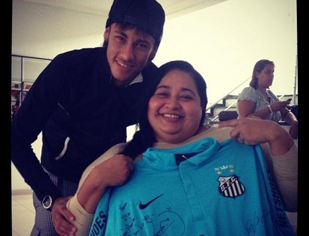 """Neymar participa de evento com atletas paraolímpicos. O jogador dos Santos deu uma camiseta do seu time para uma atleta e postou a imagem no Twitter: """"Eu e ITA .... Atleta ParaOlímpica"""" (21/4/12)"""