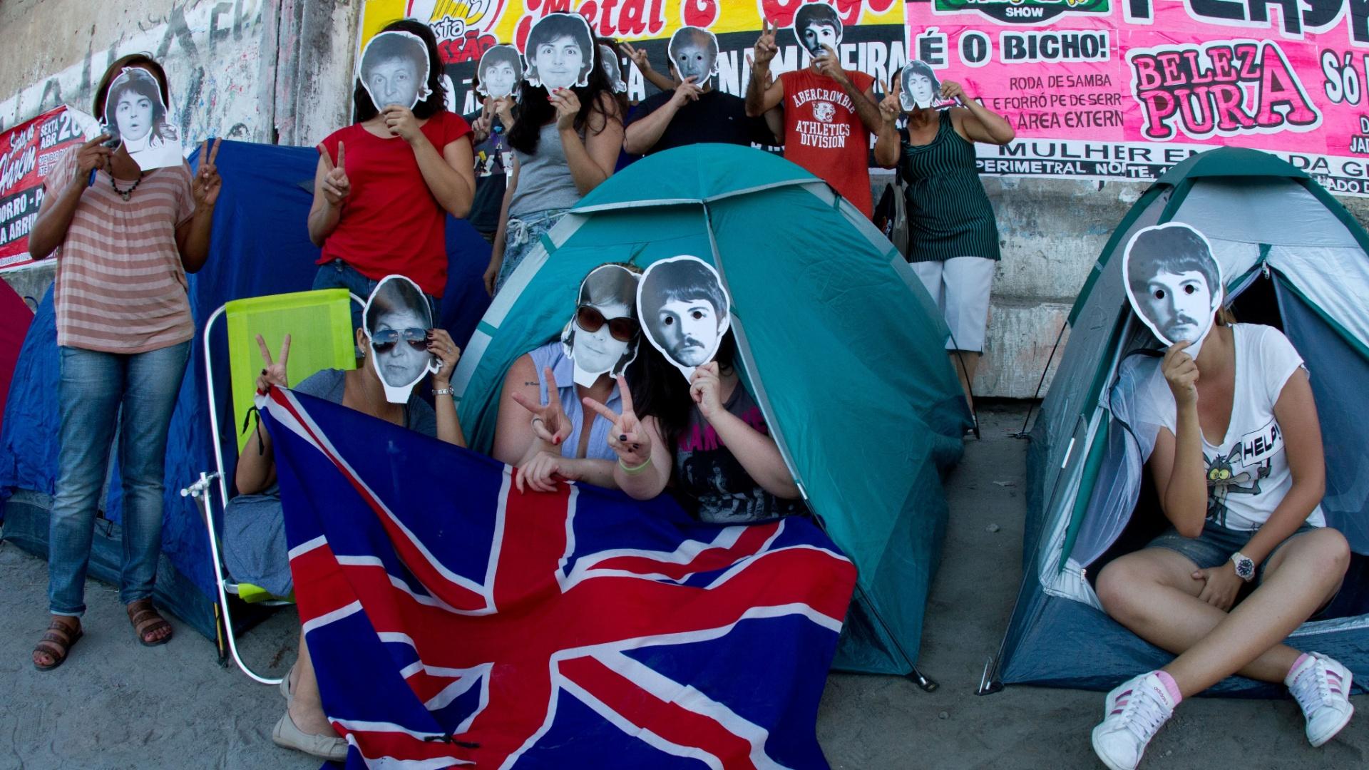 Público aguarda na fila para entrar no Estádio do Arruda, no Recife, onde Paul McCartney irá se apresentar neste fim de semana (21/4/12)