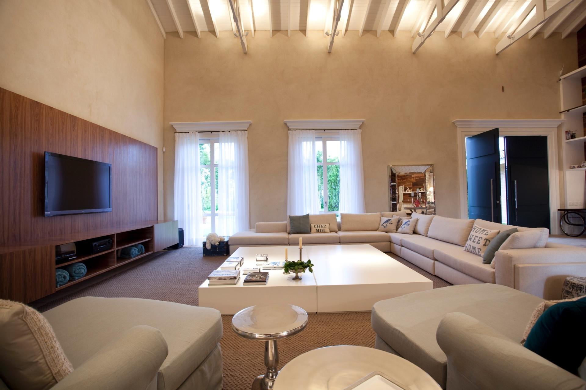 Por causa do pé direito alto, o projeto pediu revestimentos com alguma textura. O projeto arquitetônico da casa no interior paulista é de Maurício Karam