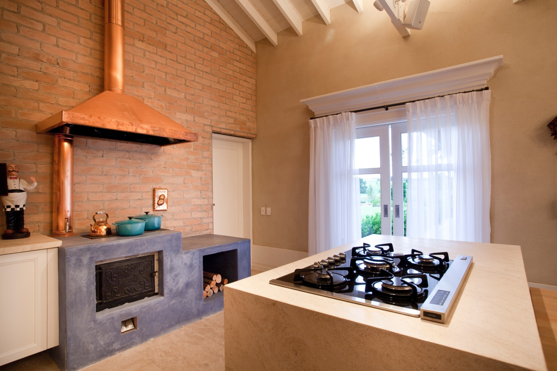cozinha gourmet também serve no inverno para aquecer os ambientes #7D4925 1920 1279