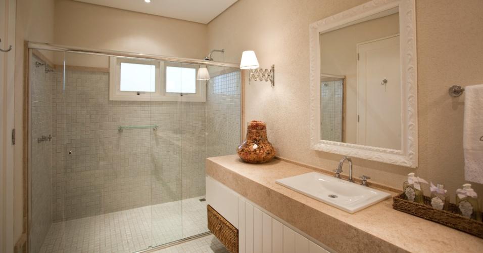 A casa assinada por Maurício Karam tem quatro banheiros semelhantes. Neles, as pastilhas 4 x 4cm com bordas envelhecidas Jatobá fazem o revestimento do piso e boxe. O projeto arquitetônico é de Maurício Karam.